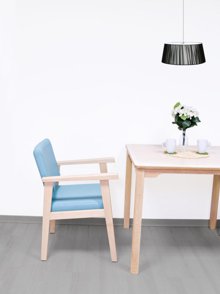 Muebles de diseño atractivo y líneas sencillas para equipar residencias geriátricas