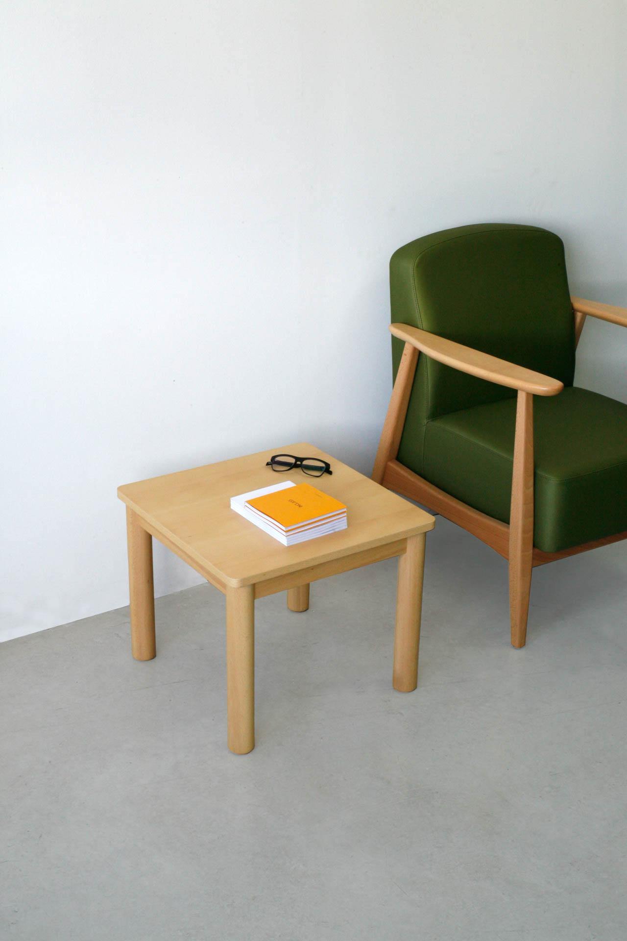 Mesitas para sala de espera de líneas simples y cuidadas