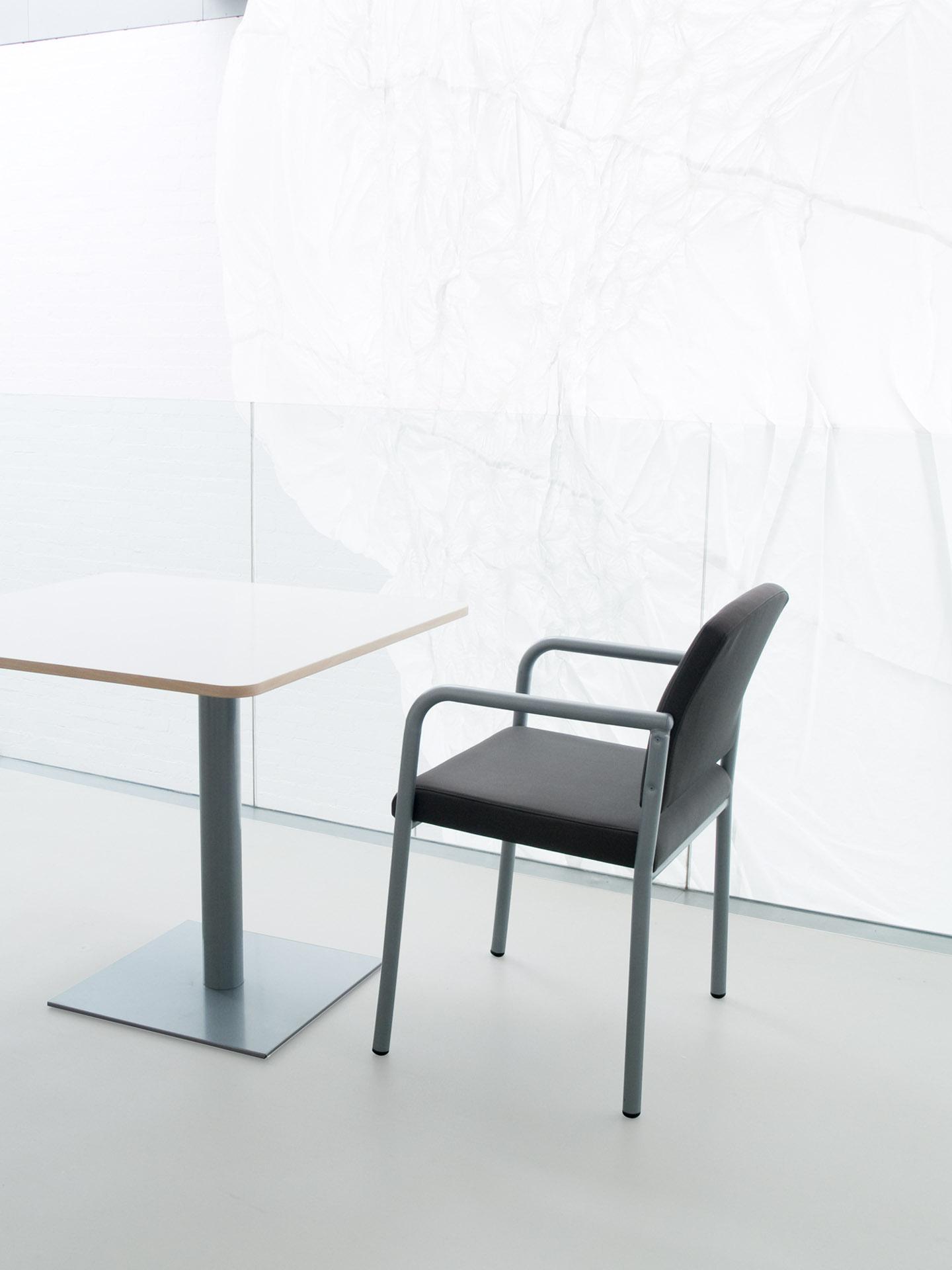 Colección LESTER de sillas y sillones con brazos de apoyo